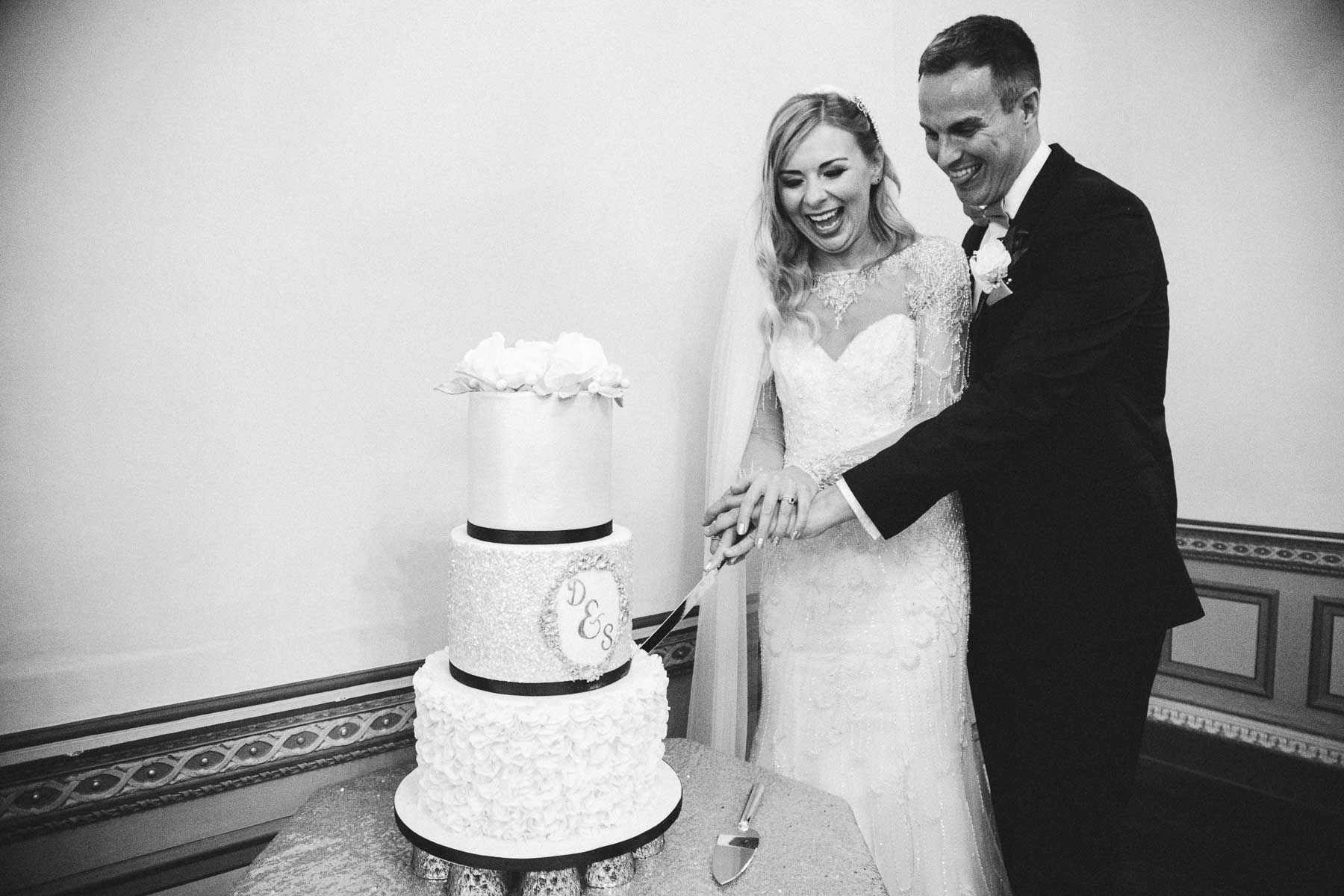 Danielle and steve cutting the cake at delapre abbey